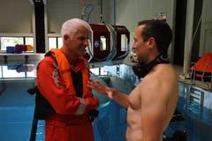 Bevor es ins Wasser geht, gibt Instruktor und Rettungsschwimmer Oliver Kreuzer (rechts) dem Passagier und Campus Direktor Daniel Suter noch Anweisungen.