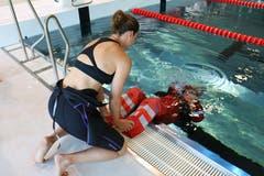 Danach folgen zuerst Übungen im Wasser, wie hier kopfüber Tauchen. Instruktorin Michèle Imhasly hilft hier Daniel Suter.