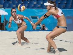 Auch das zweite Schweizer Frauen-Duo möchte sich an der WM in Hamburg von seiner besten Seite präsentieren. Nina Betschart (links) und Tanja Hüberli sind die amtierenden Schweizer Meisterinnen. Im Sommer vor einem Jahr gewannen Betschart/Hüberli an der EM Silber (Bild: KEYSTONE/PETER SCHNEIDER)