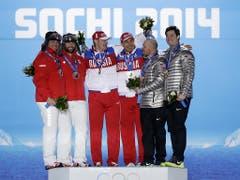 Das ursprüngliche Olympia-Podest im Zweierbob 2014: die russischen Sieger Subkow/Wojewoda wurden mittlerweile des Dopings überführt, der damals drittplatzierte Amerikaner Steven Holcomb (2. v. r.) ist vor zwei Jahren gestorben (Bild: KEYSTONE/AP/DAVID GOLDMAN)