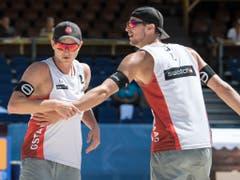 Nachdem 2017 in Wien erstmals überhaupt eine Beachvolleyball-WM ohne Beteiligung eines Schweizer Männerteams stattfand, kann Swiss Volley heuer wieder ein Duo stellen. Mirco Gerson (links) und Adrian Heidrich, der Bruder von Joana Heidrich, vertreten die Schweizer Farben im Norden Deutschlands. (Bild: KEYSTONE/PETER SCHNEIDER)