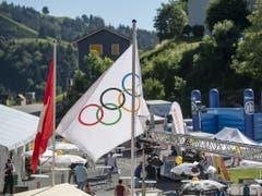 Über Schwellbrunn wehte am Freitagabend die olympische Flagge (Bild: KEYSTONE/URS FLUEELER)