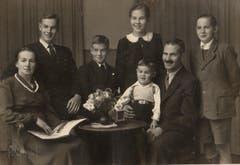 Ein Labhart Portrait einer Rorschacher Familie von 1948 aufgenommen im Atelier mit Fachkamera.