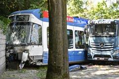 In Zuerich ist am Freitag, 28. Juni 2019 ein Lastwagen mit einem 3er-Tram kollidiert. Dieses entgleiste und prallte in einen Baum. (KEYSTONE/Walter Bieri)