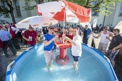 Abkühlung in einem Pool tut gut. (Bild: Urs Flüeler / Keystone, Horw, 29. Juni 2019)
