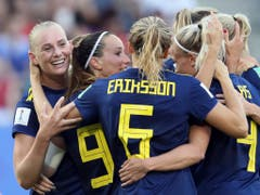 Schwedischer Torjubel mit Siegtorschützin Stina Blackstenius (ganz links) (Bild: KEYSTONE/AP/DAVID VINCENT)