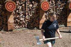 Vom Holzspalten zum Spitzensport: Beim Axtwerfen ist's möglich. (Bild: Boris Bürgisser, 29. Juni 2019)