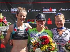 Imogen Simmonds (links) wird muss sich an der Ironman-EM in Frankfurt einzig der Amerikanerin Skye Moench (Mitte) geschlagen geben (Bild: KEYSTONE/EPA/ARMANDO BABANI)