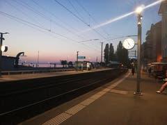Der Sonnenaufgang steht bevor am Rorschacher Hafen. (Bild: Ruedi Broger)