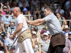 Zwei Generationen, ein Sieger: Armon Orlik befreit den besiegten Thurgauer Oldie Stefan Burkhalter vom Sägemehl (Bild: KEYSTONE/ENNIO LEANZA)
