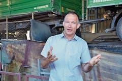Peter Zogg, Mitglied der Geschäftsleitung bei Müller Azmoos AG, erläutert den zahlreichen Gästen die Waschanlage.