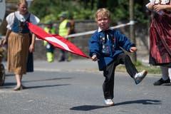Impressionen vom Festumzug - ein junger Teilnehmer der Fahnenschwinger-Vereinigung Luzern und Umgebung. (Bild: Boris Bürgisser)