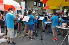 Die Musikgesellschaft Ennetbühl gibt ein Openair-Ständchen. (Bild: Sabine Camedda)