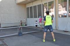Beim Tennisclub konnten die Jüngsten gegen bestandene Spieler antreten. (Bild: Sabine Camedda)