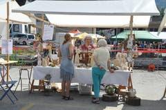Am Markt wurden Waren feilgeboten, es blieb aber auch genügend Zeit für ein Gespräch zwischendurch. (Bild: Sabine Camedda)