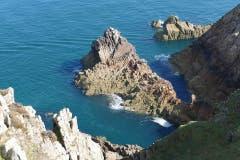 Die steinige Küste der Kanalinseln