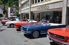 Eine ganze Reihe Mustangs - kein alltäglicher Anblick. (Bild: Franziska Herger, Sarnen, 8. Juni 2019)