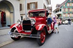 Auch die Kinder scheinen sich an den alten Autos zu erfreuen. (Bild: Jakob Ineichen, Sarnen, 8. Juni 2019)