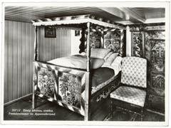 So schlief man früher im Appenzellerland: Ein Himmelbett im Gasthaus zum Bären in Gonten. (Bild: Foto Gross, St.Gallen/Landesarchiv AI)