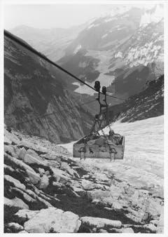 Der verletzte Bergsteiger wird mit der Mesmer-Materialbahn abtransportiert. (Bild: Emil Grubenmann, Appenzell/Landesarchiv AI)