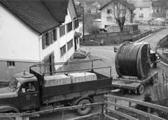 Transport des Tragseils für die neue Luftseilbahn Brülisau – Hoher Kasten in Weissbad, aufgenommen am 13. April 1964. Das Seil stammte von der Firma Fatzer aus Romanshorn. (Bild: Emil Grubenmann, Appenzell/Landesarchiv AI)