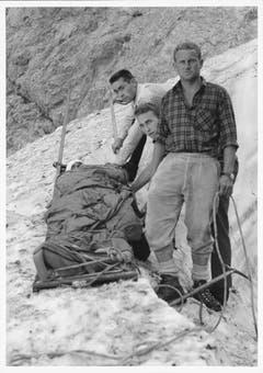 Dokumentation einer Rettungsübung: Ein verunglückter Bergsteiger wird auf dem Kanadierschlitten für den Abtransport vorbereitet – aufgenommen am 3. Juli 1966. (Bild: Emil Grubenmann, Appenzell/Landesarchiv AI)