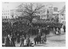 Besammlung von Truppen auf dem Landsgemeindeplatz in Appenzell – aufgenommen vermutlich zur Zeit des Ersten Weltkriegs. (Bild: Landesarchiv AI)