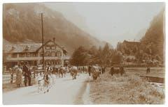 Alpabzug in Wasserauen beim Gasthaus Alpenrose. (Bild: Foto Frei & Co., St.Gallen/Landesarchiv AI)