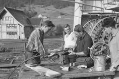 Die Installation des Tragseils der neuen Luftseilbahn Brülisau – Hoher Kasten, aufgenommen im Juni 1964. (Bild: Emil Grubenmann, Appenzell/Landesarchiv AI)