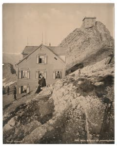 Das Berggasthaus Alter Säntis und die meteorologische Station, um 1890. (Bild: Landesarchiv AI)