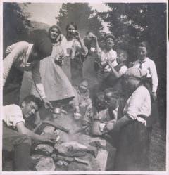 Pause an einer Feuerstelle, aufgenommen um 1920. (Bild: Fritz Zwissler, Appenzell/Landesarchiv AI)