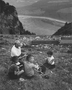 Rast am Wanderweg zwischen dem Hohen Kasten und der Saxerlücke mit Blick ins Rheintal. (Bild: Foto Comet, Zürich/Landesarchiv AI)