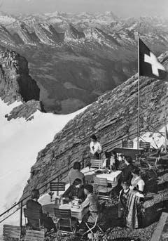 Die Terrasse des Berggasthauses Alter Säntis. (Bild: C. Schildknecht, Luzern/Landesarchiv AI)