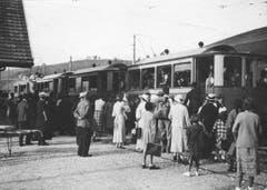 Passagiere an der Station Weissbad der ehemaligen Säntisbahn zwischen Appenzell und Wasserauen. (Bild: Landesarchiv AI)
