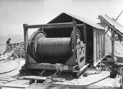 Die Seilwinde auf dem Hohen Kasten für die Installation des Tragseils der neuen Luftseilbahn Brülisau – Hoher Kasten, aufgenommen am 4. Juni 1964. (Bild: Emil Grubenmann, Appenzell/Landesarchiv AI)