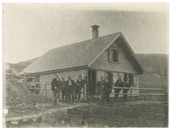 Die Egghütte auf der Potersalp um 1920 – davor posieren vermutlich Mitglieder des Skiclubs Appenzell. (Bild: Landesarchiv AI)