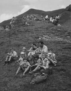 Mittags-Picknick beim Hohen Kasten. (Bild: Foto Comet, Zürich/Landesarchiv AI)