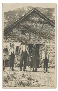 Eine undatierte Aufnahme von Familie Signer (deren Spitzname lautete «Bleueles») auf der Widderalp. (Bild: Landesarchiv AI)