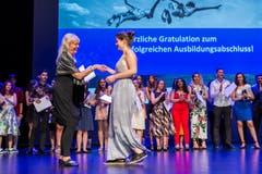 Lara Staub aus Steinhausen (rechts) bei der Diplomübergabe an der Lehrabschlussfeier vom KV und Detailhandel im Casino Zug. (Bild: Patrick Hürlimann, Zug, 28. Juni 2019)