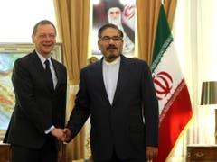 Der französische Gesandte Emmanuel Bonne (l) traf am Mittwoch in Teheran den Vorsitzenden des Nationalen Sicherheitsrats, Ali Schamchani, um ein Scheitern des Atomabkommens mit dem Iran zu verhindern. (Bild: KEYSTONE/EPA/ABEDIN TAHERKENAREH)