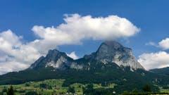 «Haben die Mythen einen Hut, bleibt das Wetter gut.» (Bild: Peter Bumbacher, Schwyz, 10. Juli 2019)