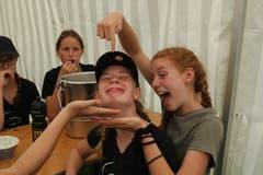 Spassige Mahlzeit beim Blauring Malters. (Lagerbild: Bellelay, 10. Juli 2019)