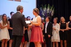 Antonia Matter erhält von Bildungsdirektor Res Schmid das Fähigkeitszeugnis zur Fachfrau Betreuung. (Bild: Edi Ettlin, Stans, 6. Juli 2019)