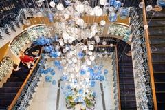 Der neue Kronleuchter ist 16 Meter lang und besteht aus 2500 Glaskugeln, die in Tschechien von Hand gefertigt worden sind. (Bild: Ralph Ribi)