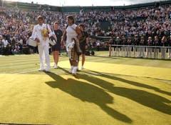 2007: Federer vs. Nadal 7:6 (9:7), 4:6, 7:6 (7:3), 2:6, 6:2Erneut geht Roger Federer mit der Hypothek eines kurz zuvor verlorenen French-Open-Finals ins Duell mit Erzrivale Nadal. Nach einem Fünfsatz-Sieg wird er zum zweiten Spieler neben Björn Borg, der in Wimbledon fünf Mal in Folge gewinnt. Ehrfürchtig sagt er nach dem Sieg: «Rafa wird immer besser. Ich nehme jeden Titel, den ich bekomme.» Im Publikum sitzen neben Borg John McEnroe, Jimmy Connors und Boris Becker. «Daran werde ich mich immer erinnern», sagt Federer.