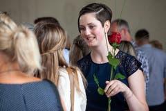Corinne Rohrer aus Sachseln hat zu ihrem Abschluss als Fachfrau Gesundheit eine Rose erhalten. (Bild: Edi Ettlin, Stans, 6. Juli 2019)