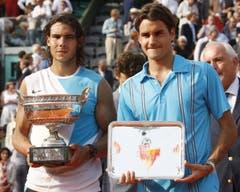 2007: Final French Open: Nadal s. Federer 6:3, 4:6, 6:3, 6:4. Zwei Wochen vor den French Open bezwingt Federer Nadal im Final von Hamburg im fünften Anlauf erstmals auf Sand und beendet damit auch dessen Rekordserie von 81 Siegen in Folge auf dessen bevorzugter Unterlage. Doch in Roland Garros geht er im dritten Jahr in Folge gegen Nadal als Verlierer vom Platz – 3:6, 6:4, 3:6, 4:6. Auch drei Jahre nach seinem Debüt ist Rafael Nadal am Bois de Boulogne unbesiegt.
