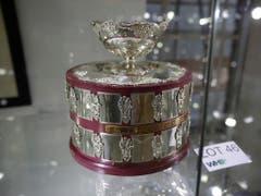 Unter den Hammer kamen auch eine Replik des Davis-Cup-Pokals von 1988 (Bild: KEYSTONE/AP/MATT DUNHAM)