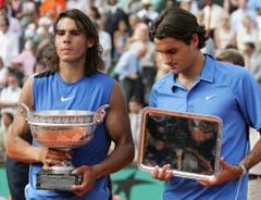 2006: Final Roland Garros: Nadal s. Federer 1:6, 6:1, 6:4, 7:6 (7:4)Ein Jahr später kommt es erstmals zu einem Grand-Slam-Final zwischen Federer und Nadal. Der Schweizer verlor in diesem Frühling zuvor schon in Monte Carlo und in Rom den Final gegen Nadal. In der Hauptstadt Italiens im Tiebreak des fünften Satzes und nach vergebenem Matchball. Trotz eines Blitzstarts geht er auch im Final von Roland Garros als Verlierer vom Platz – 6:1, 1:6, 4:6, 6:7 (4). «Nadal ist auf Sand unglaublich schwer zu besiegen. Er verdient diesen Titel», sagt Federer danach gönnerhaft.