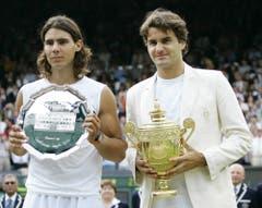 2006. Federer s. Nadal 6:0, 7:6 (7:5), 6:7 (2:7), 6:3Federer steht im Zenit seines Schaffens. Er gewinnt zum dritten Mal in Folge mehr als zehn Turniere in einem Jahr und weist Ende Jahr eine 92:5-Siegbilanz auf. Auf dem Weg zum vierten Wimbledon-Titel gibt er nur im Final gegen seinen Erzrivalen Rafael Nadal einen Satz ab, gegen den er in diesem Jahr zuvor alle Duelle verloren hatte, unter anderem einen Monat zuvor im Final der French Open, dem ersten zwischen den beiden auf Grand-Slam-Stufe. «Es war schrecklich eng», sagt Federer nach dem vierten Triumph in Folge. Federer: «Das war das beste Grand-Slam-Turnier meiner Karriere.»